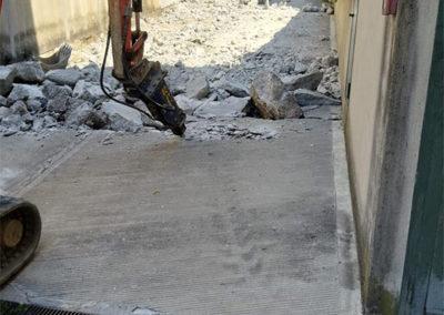 demolizione rampa con ruspa
